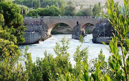 پل زمانخان در 20 کیلومتری شهرکرد و در مجاورت شهرستان سامان قرار دارد