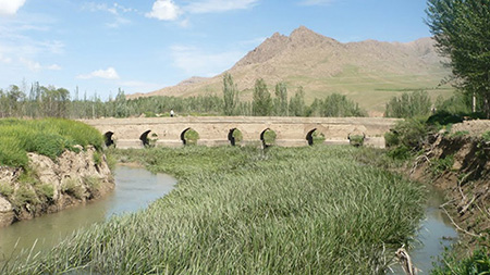 پل خراجی که قدمت آن به دوره صفوی می رسد، در فاصله ۳۰ کیلومتری شهرکرد احداث شده