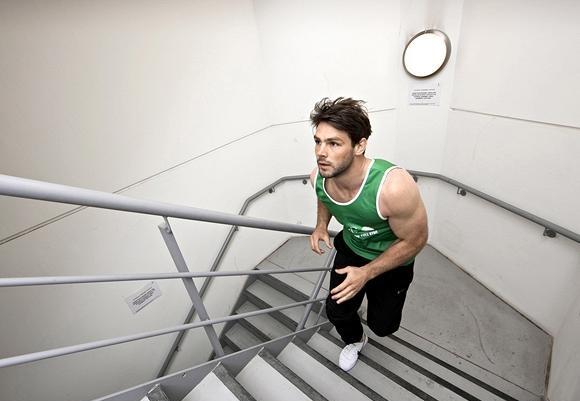 با بالا رفتن از پلهها، ۸۱۹ کالری در ساعت خواهید سوزاند